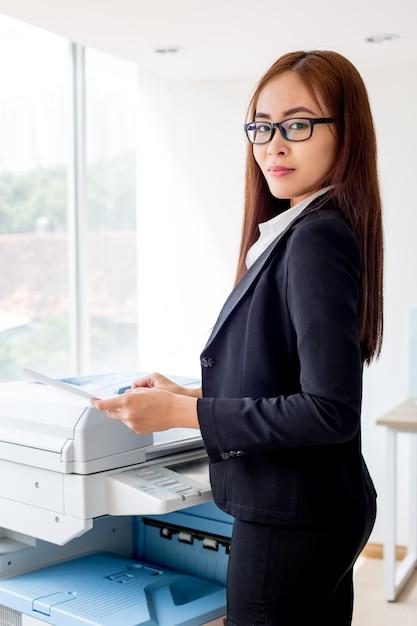 Ernste asiatische geschäftsfrau kopieren dokument Kostenlose Fotos