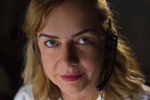 Ernste geschäftsfrau beim kopfhörerschauen Kostenlose Fotos