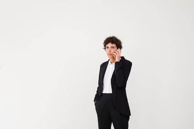 Ernste geschäftsfrau, die durch handy spricht Kostenlose Fotos