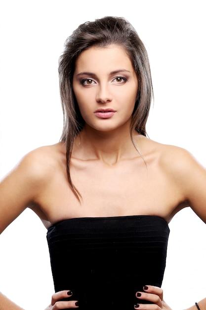 Ernster und eleganter brunette im schwarzen kleid Kostenlose Fotos