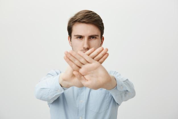 Ernsthafter mann, der stoppgeste zeigt, handlung einschränkt oder verbietet Kostenlose Fotos
