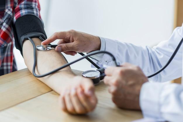Erntedoktor, der blutdruck des patienten misst Kostenlose Fotos