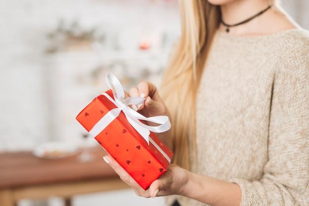 Erntefrau, die rote geschenkbox öffnet Kostenlose Fotos