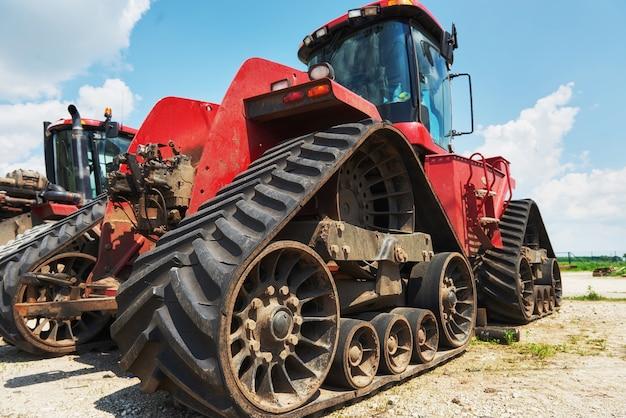 Erntemaschinen und mähdrescherteile im werk warten auf den verkauf Kostenlose Fotos