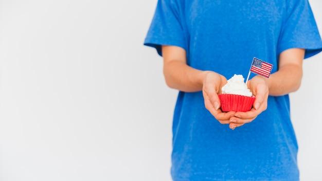 Ernteperson mit kuchen in den händen Kostenlose Fotos