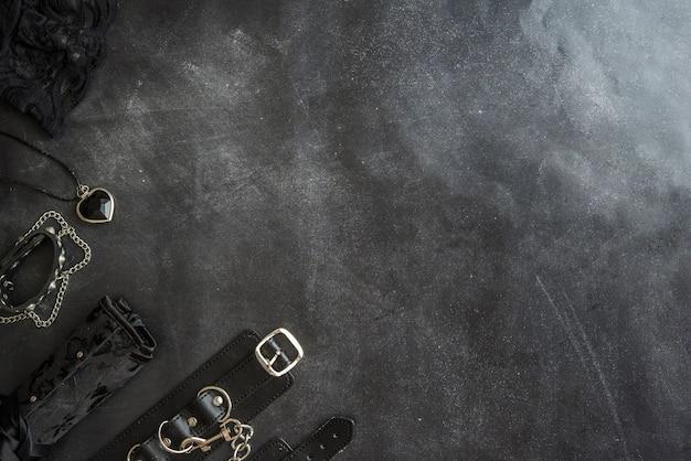 Erotisches und gotisches zubehör auf schwarzem hintergrund Premium Fotos