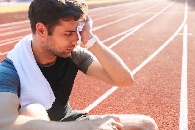 Erschöpfter sportler beendete das rennen im stadion Premium Fotos