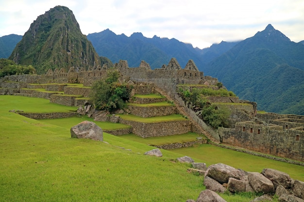 Erstaunliche alte inka-strukturen innerhalb machu picchu, unesco-welterbestätte von peru Premium Fotos