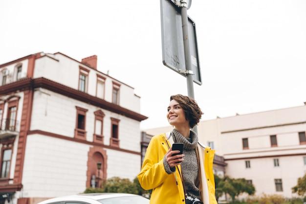 Erstaunliche junge frau gekleidet im regenmantel Kostenlose Fotos