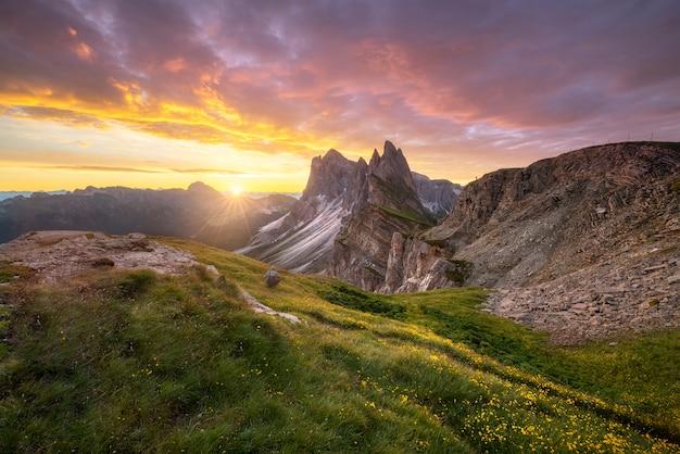 Erstaunliche landschaftsansicht des grünen berges mit goldhimmel auf sonnenaufgangmorgen von den dolomit, italien. Premium Fotos