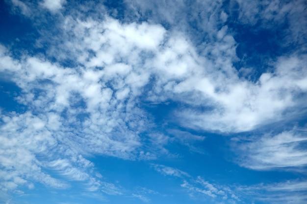 Erstaunliche weiße flauschige wolken auf blauem himmelhintergrund Premium Fotos
