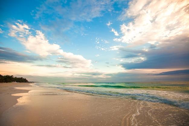 Erstaunlicher bunter sonnenuntergang auf dem tropischen strand in mexiko Premium Fotos