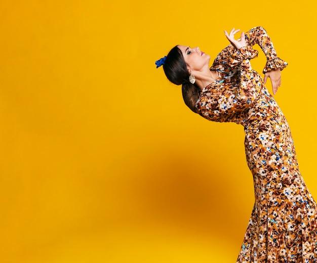 Erstaunlicher flamencotänzer, der zurück verbiegt Kostenlose Fotos