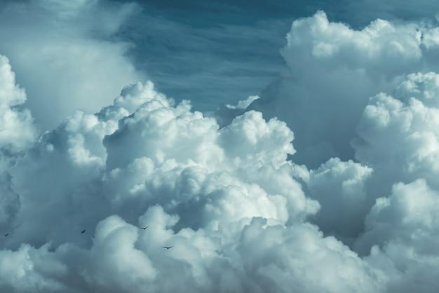 Erstaunlicher himmel und großer dunkler wolkenhintergrund Premium Fotos