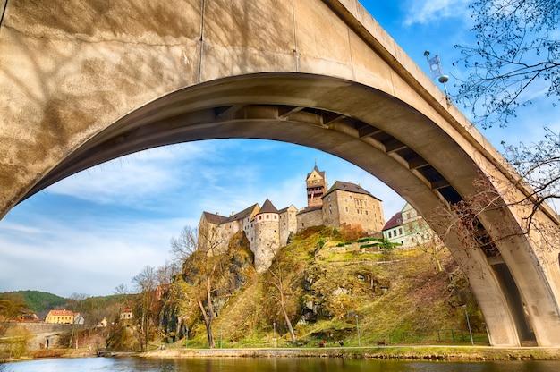 Erstaunlicher markstein in der tschechischen republik, nahe mittelgroßem schloss karlovy vary lokets mit blauem himmel im frühjahr. Premium Fotos