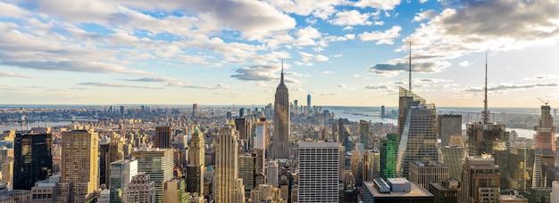 Erstaunlicher panoramablick von new- york cityskylinen und -wolkenkratzer am sonnenlicht am sonnigen tag. Premium Fotos