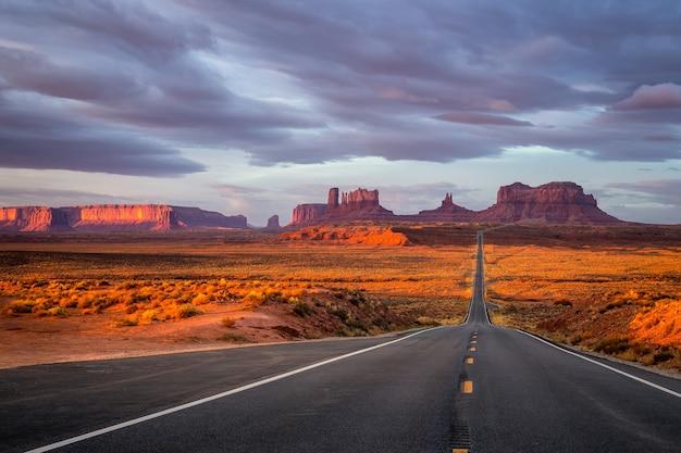 Erstaunlicher sonnenaufgang mit den farben rosa, gold und magenta nahe monument valley, arizona, usa. Premium Fotos