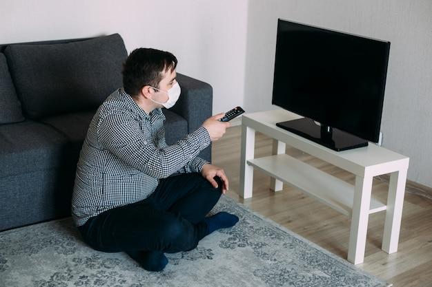 Erstaunter Mann In Der Maske Die Fernsehnachrichten Sieht