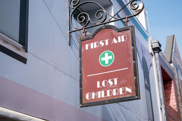 Erste hilfe und verlorenes kinderbüro Premium Fotos