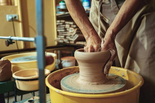 Erstellen eines glases oder einer vase aus weißem ton in nahaufnahme Kostenlose Fotos
