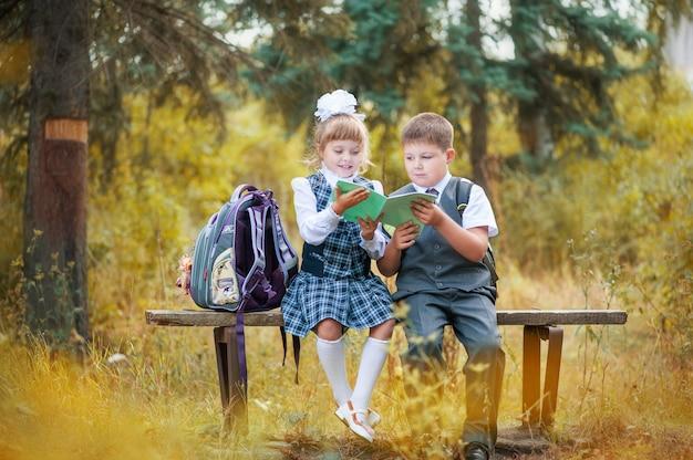 Erster september in der schule. kinder gehen in die erste klasse Premium Fotos