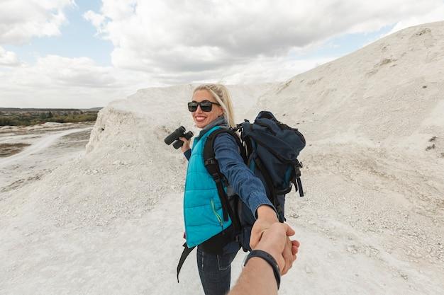 Erwachsene frau der vorderansicht mit rucksack Kostenlose Fotos