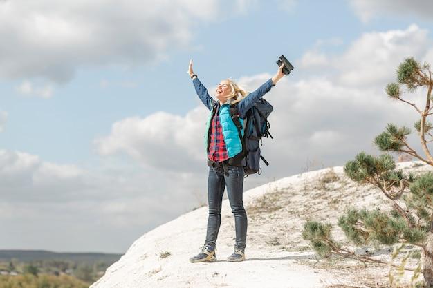 Erwachsene frau des vollen schusses, welche die natur genießt Premium Fotos