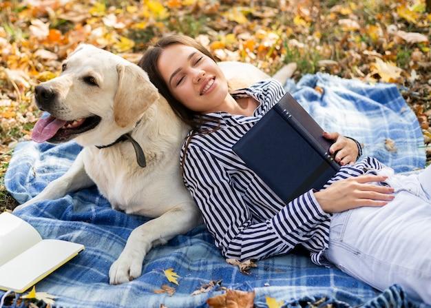 Erwachsene frau, die mit ihrem hund spielt | Kostenlose Foto