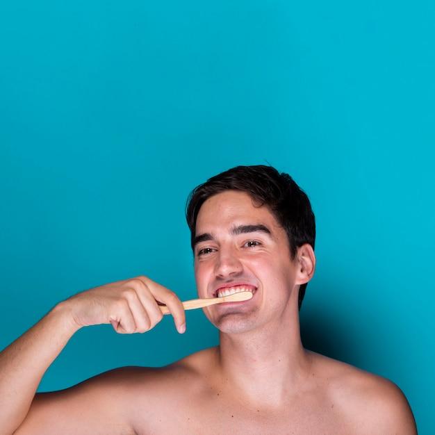 Erwachsene frau, die seine zähne putzt Kostenlose Fotos