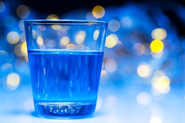 Erwachsene gehen in nachtclubs, um alkohol zu trinken und spaß zu haben Kostenlose Fotos