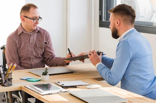 Erwachsene männer, die im büro zusammenarbeiten Kostenlose Fotos