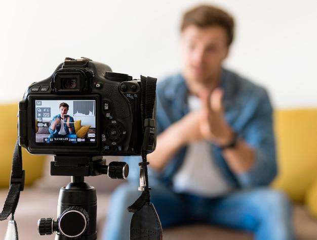 Erwachsene männliche aufnahme für persönlichen blog zu hause Premium Fotos