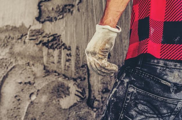 Erwachsener bau mann bauleiter oder baustelle vorarbeiter arbeiter zurückdrehen Premium Fotos