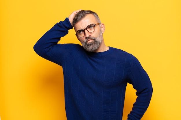Erwachsener gutaussehender mann, der sich verwirrt und