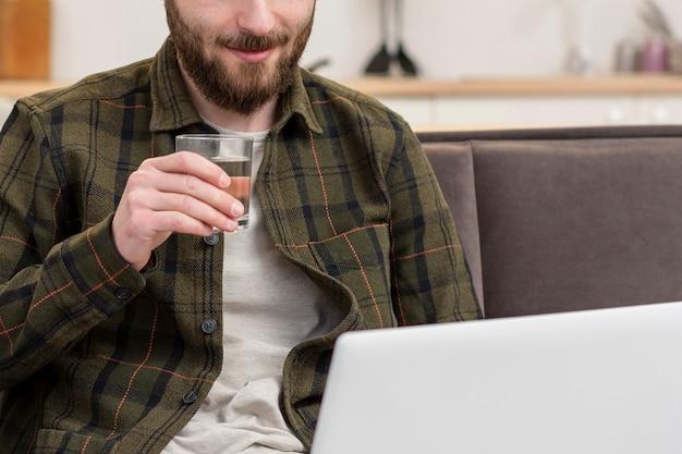 Erwachsener mann der nahaufnahme, der fernarbeit genießt Kostenlose Fotos