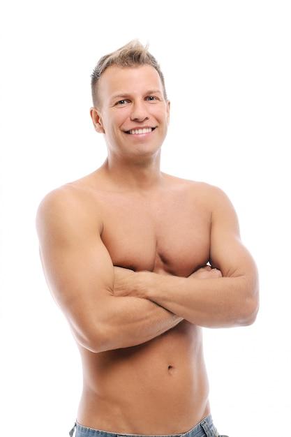 Erwachsener mann ohne das hemd, das im studio aufwirft Kostenlose Fotos