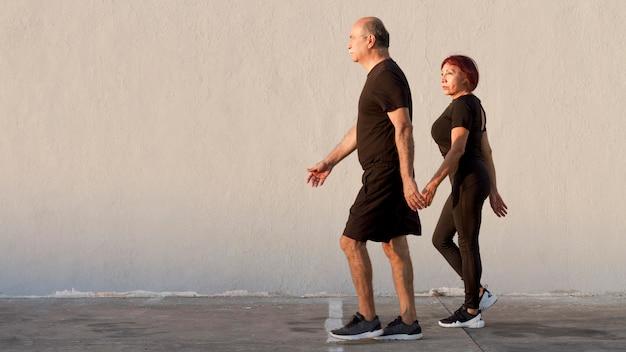 Erwachsenes paar, das sport treibt und geht Kostenlose Fotos