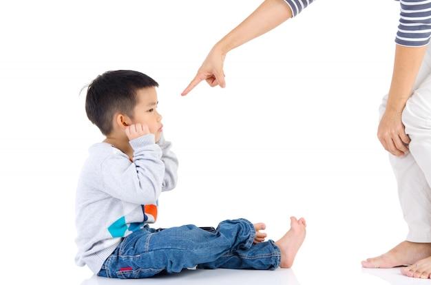 Erziehung des kindes. mutter schimpft mit ihrem kinderjungen. familienbeziehungen Premium Fotos