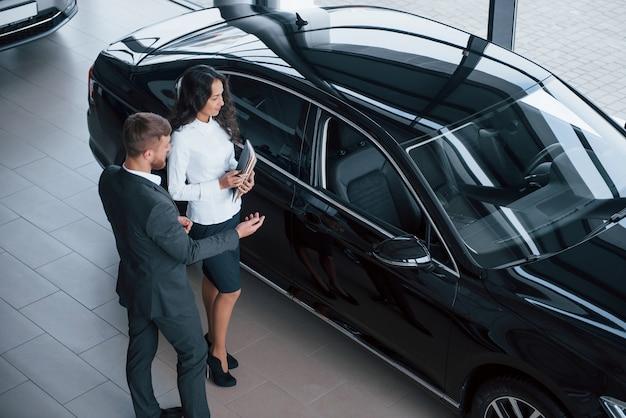 Es hat nur wenige spezielle funktionen. weiblicher kunde und moderner stilvoller bärtiger geschäftsmann in der automobillimousine Kostenlose Fotos