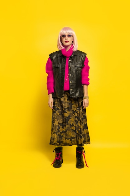 Es ist schwer, einfluss zu nehmen. stilvoller look in hellen kleidern. porträt der kaukasischen frau auf gelbem hintergrund. schönes blondes modell. konzept der menschlichen emotionen, gesichtsausdruck, verkauf, anzeige. Kostenlose Fotos