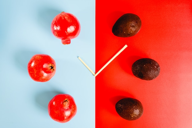 Es ist zeit, sich zwischen gesunden fetten und antioxidativen vitaminen aus granatapfel und avocado zu entscheiden. Premium Fotos