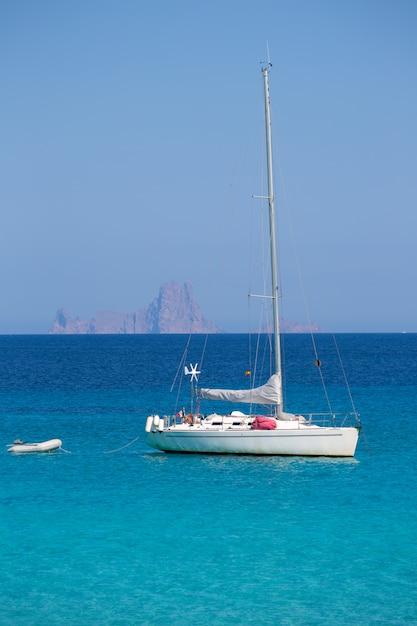 Es vedra hintergrund mit segelboot aus formentera Premium Fotos