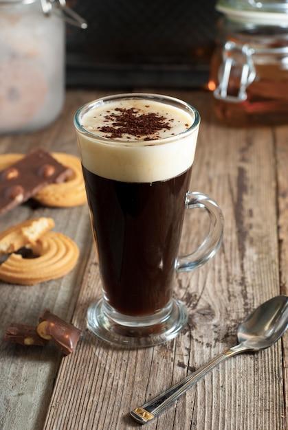 Espresso kaffee. espresso-drink mit sahne, gekrönt mit schlagsahne. rustikales holz. Premium Fotos