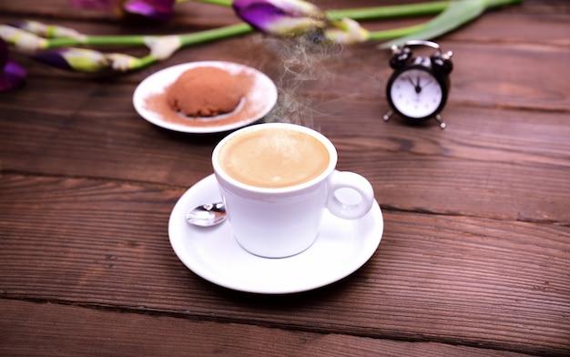 Espressokaffee auf einem braunen holztisch Premium Fotos