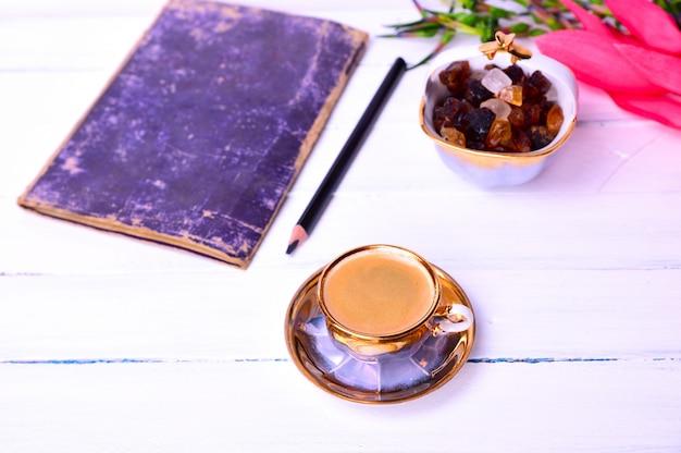 Espressokaffee auf einer weißen holzoberfläche Premium Fotos