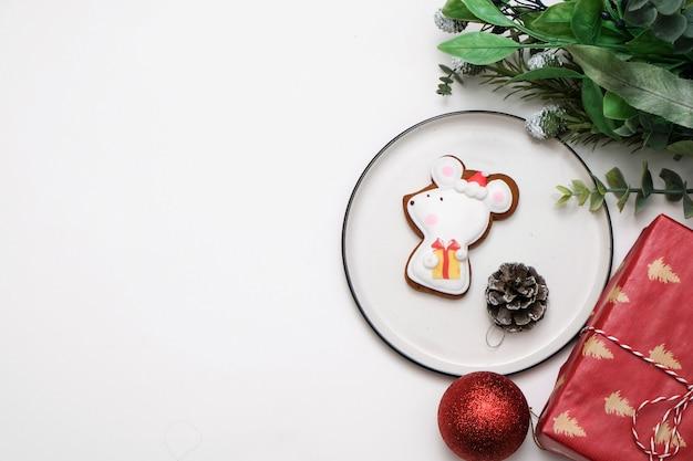 Essbares rattenmäusekeks auf einer tabelle mit weihnachtsbaumdekorationen Premium Fotos