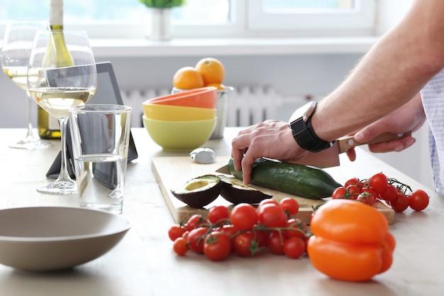 Essen am tisch Kostenlose Fotos