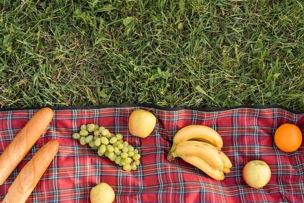 Essen auf einer picknickdecke Kostenlose Fotos