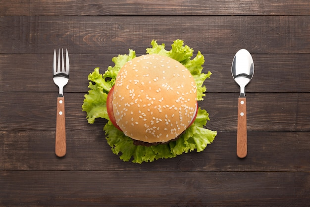 Essen des bbq-burgers auf dem hölzernen hintergrund Premium Fotos