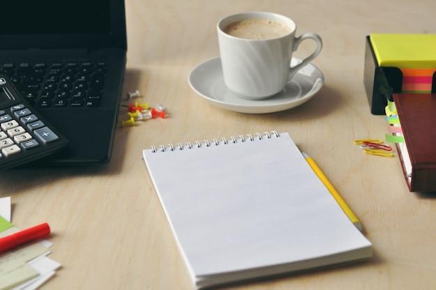 Essen im büro oder in der schule. mittagessen sie eine tasse kaffee auf dem desktop. Premium Fotos